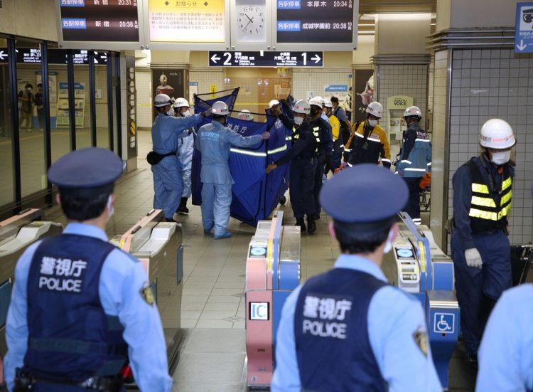 祖師ヶ谷大蔵の駅で負傷者が搬送される様子(時事通信フォト)