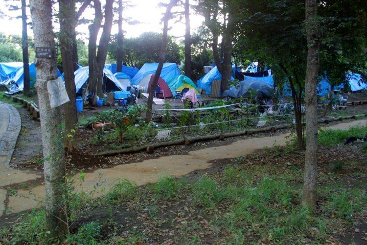 2001年、新宿区の戸山公園に作られていたホームレスのテント(時事通信フォト)
