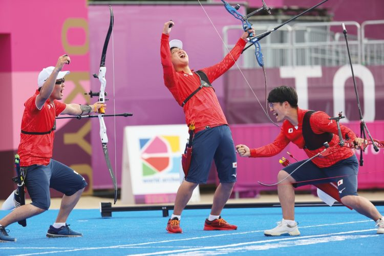 アーチェリーは男子団体では初のメダル(右から武藤弘樹、河田悠希、古川高晴。写真/日本雑誌協会代表撮影:松永卓也)