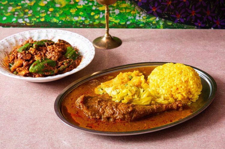 看板料理のムルギーランチ(右)。通に人気のチキンマサラ(左)