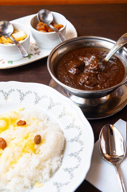 香味野菜や3種類のスパイスを使たソースにスパイスを加え仕上げる。肉が感動的にやわらかい