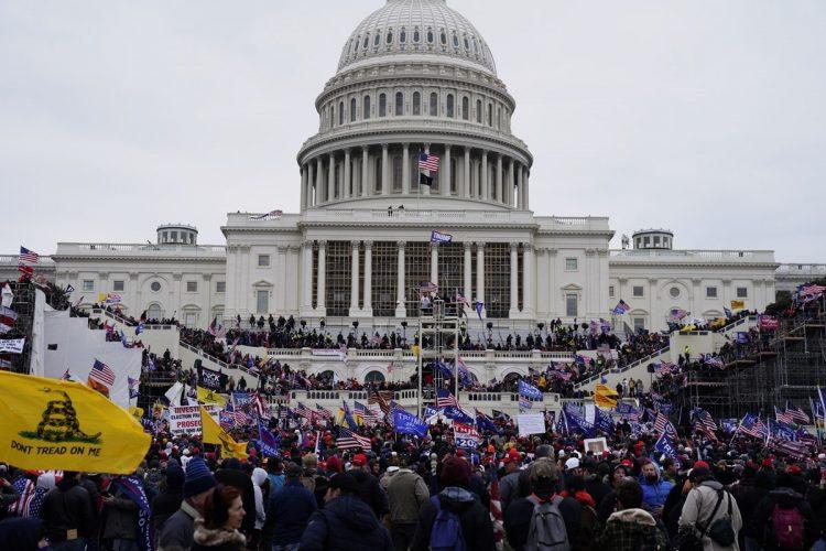 今年1月、米連邦議会議事堂に押し寄せたトランプ前大統領の支持者たち(写真/EPA=時事)