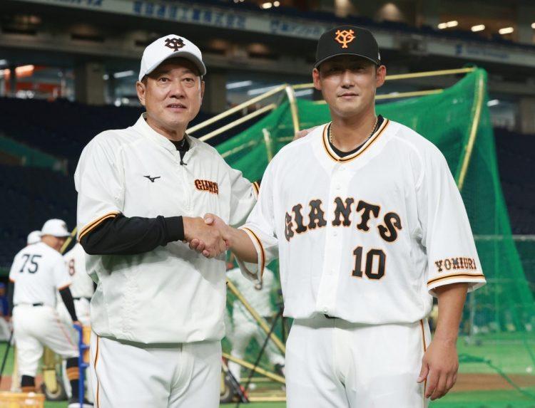 日本ハムから巨人へ移籍し、原辰徳監督(左)と撮影に応じる中田翔(時事通信フォト)