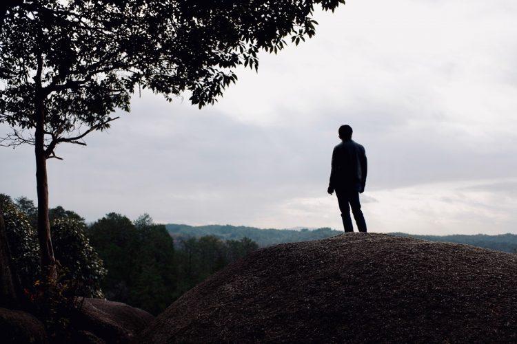 現代社会において「孤独」が生まれる背景とは?(イメージ)