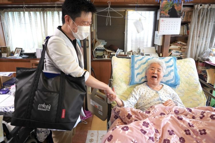 在宅医療に取り組む宮本医師は「笑顔」が大切だと説く