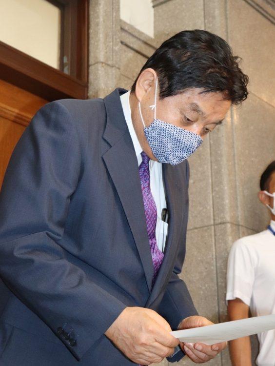 東京五輪ソフトボール日本代表選手の金メダルをかじったことについて、謝罪文を読み上げる河村たかし名古屋市長(時事通信フォト)