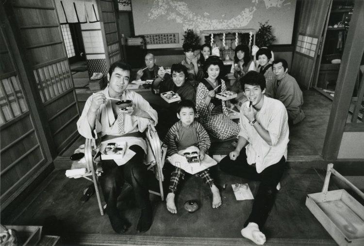 1980年『影の軍団』の共演者らとのオフショット
