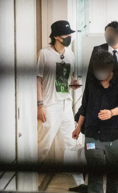 Tシャツ姿で現れた野田