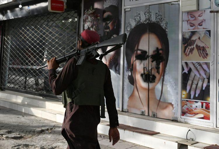街の美容院のポスターは、タリバンによって黒塗りにされた(時事通信フォト)