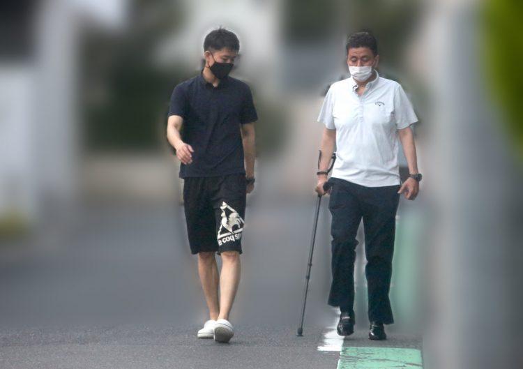 長男の信千世氏と歩く岸信夫・防衛相