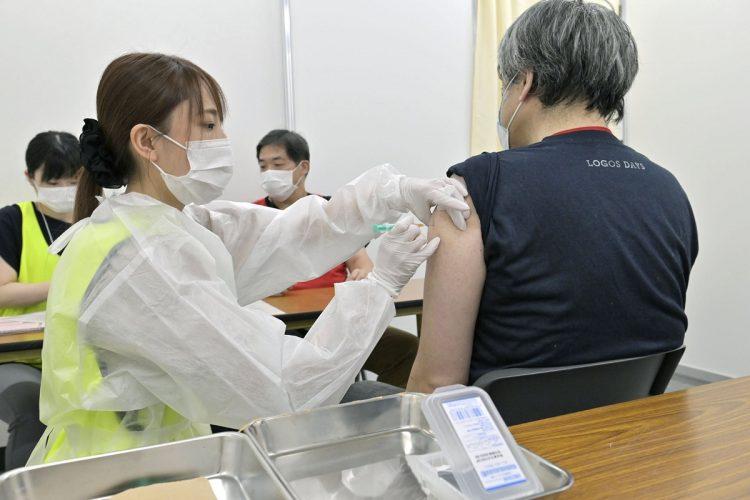 ワクチン接種前にアナフィラキシーを発症するリスクに備えることはできるものなのか(写真/共同通信社)