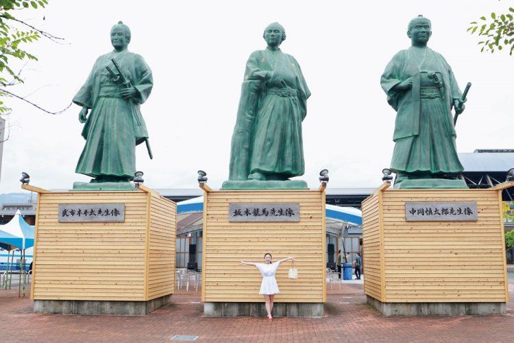 高知駅前の広場に立つ巨大な土佐三志士像