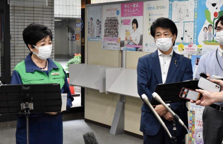 記者団の取材に応じる小池百合子東京都知事(左)と田村憲久厚生労働相。コロナ患者受け入れ拒否なら病院名公表もできる要請を、国が初めて行うことがわかった(時事通信フォト)