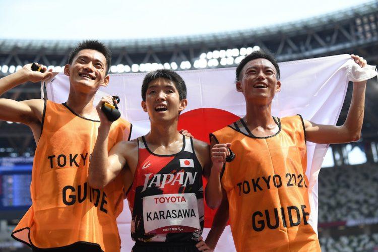 陸上男子5000m(T11)で銀メダルを獲得した唐澤剣也選手とガイドランナーの2人(時事通信フォト)