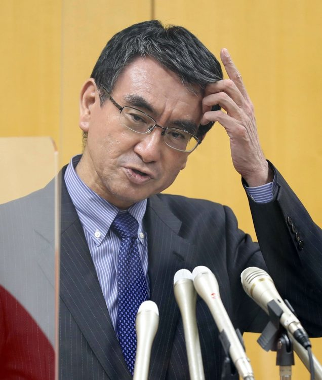 河野太郎ワクチン担当相が8月29日のテレビ番組でこう発言し、3回目接種の実現に意欲(時事通信フォト)