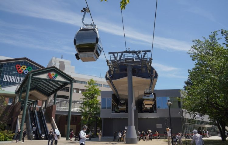 みなとみらい地区で開業した都市型ロープウエー「YOKOHAMA AIR CABIN(ヨコハマ・エア・キャビン)」(時事通信フォト)