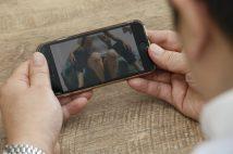 スマホ依存とアダルト動画依存にどんな関連性が?(イメージ)
