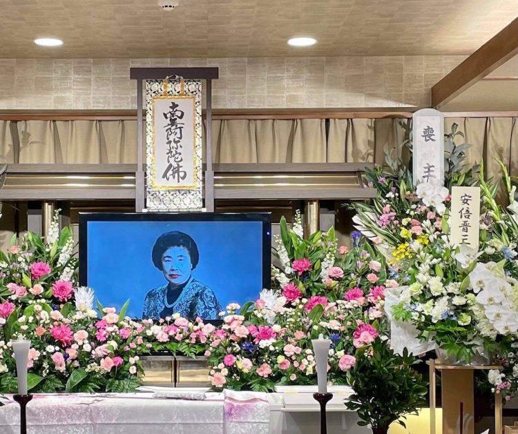 葬儀場には安倍前首相から贈られた供花も(写真提供/河村建夫事務所)