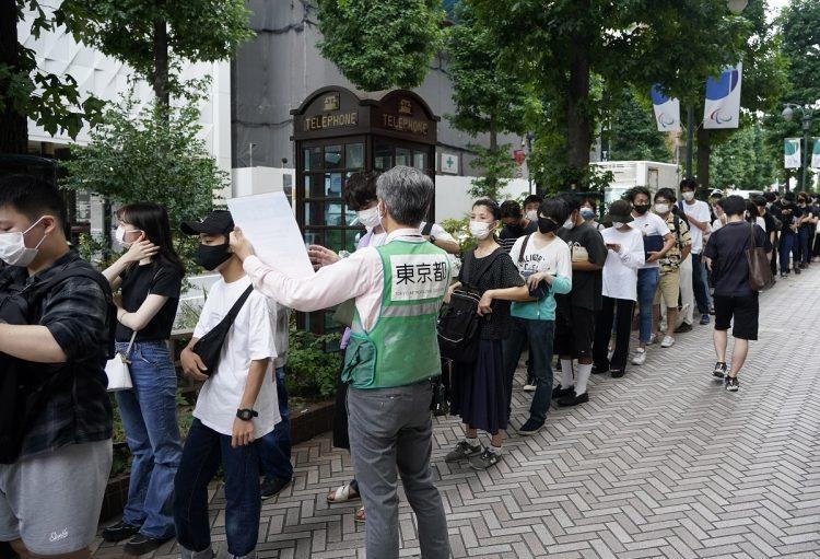 8月29日、東京・渋谷の若者向けワクチン接種のために並ぶ人たち(イメージ、時事通信フォト)