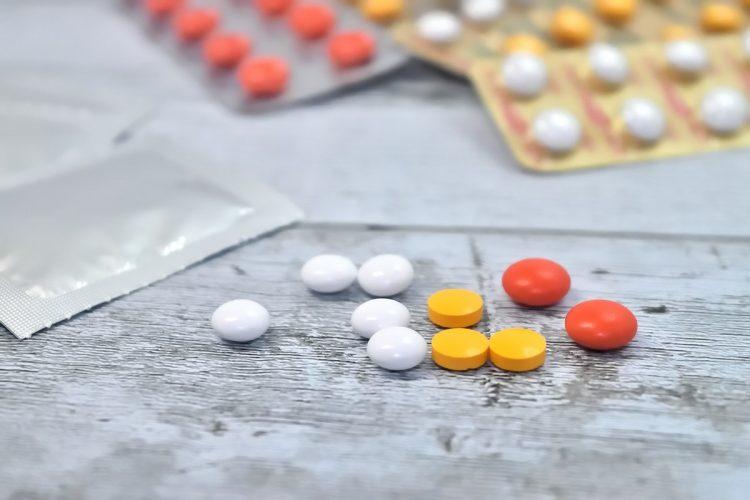 複数の薬を服用する際には注意が必要(イメージ)