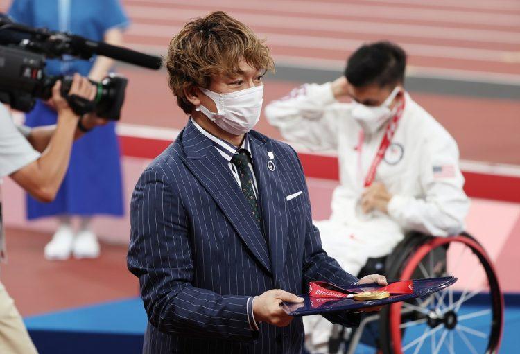 陸上男子400メートル(車いすT52)の表彰式に出席した香取。(写真/時事)