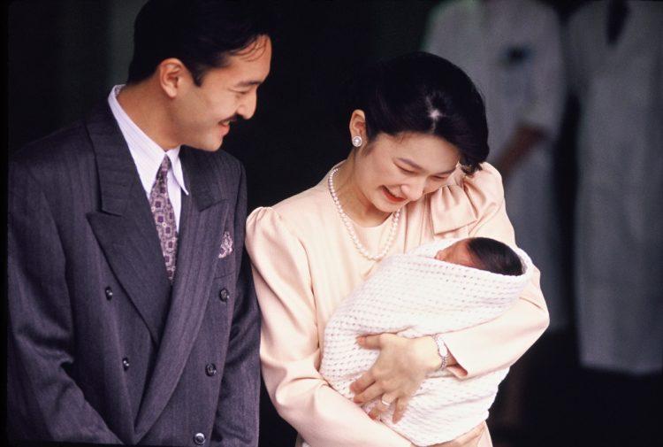 眞子さまがお生まれになったのは紀子さま25才の時(時事通信フォト)