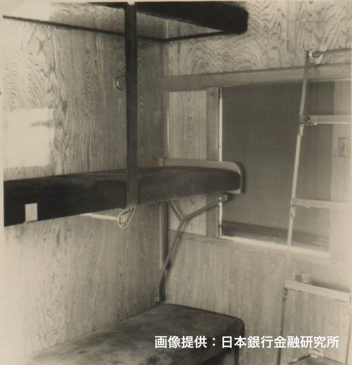 マニ30の車内は警戒にあたる職員や警察官が常駐するため、ベッド、トイレ、洗面所などが完備されていた。