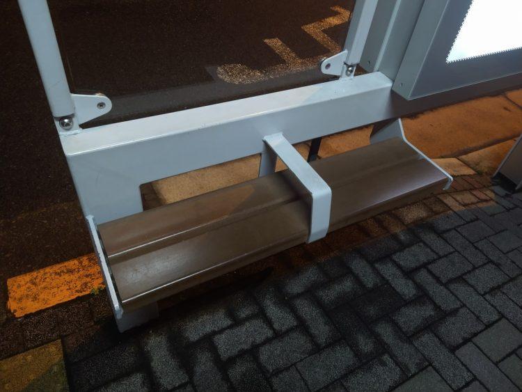 ホームレス女性が夜を過ごしたというバス停のベンチは驚くほど狭く、小さかった