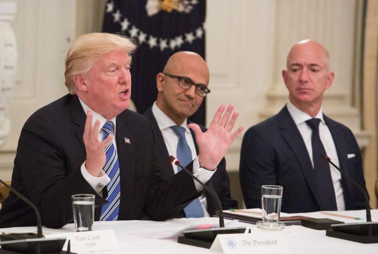 ワシントン・ポストの現オーナーはアマゾンのジェフ・ベゾス氏(右端)。トランプ前大統領(左端)を厳しく批判し、当時のホワイトハウスは政府機関での同紙購読を禁じたほどだった(dpa/時事通信フォト)