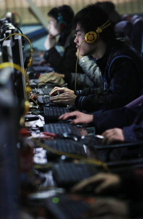 2012年12月、中国の全人代常務委員会はインターネット利用者に身元情報の提出を求めることなどを盛り込んだ「ネット情報保護強化に関する決定」を採択。事実上のネット実名制が始まった(EPA=時事)