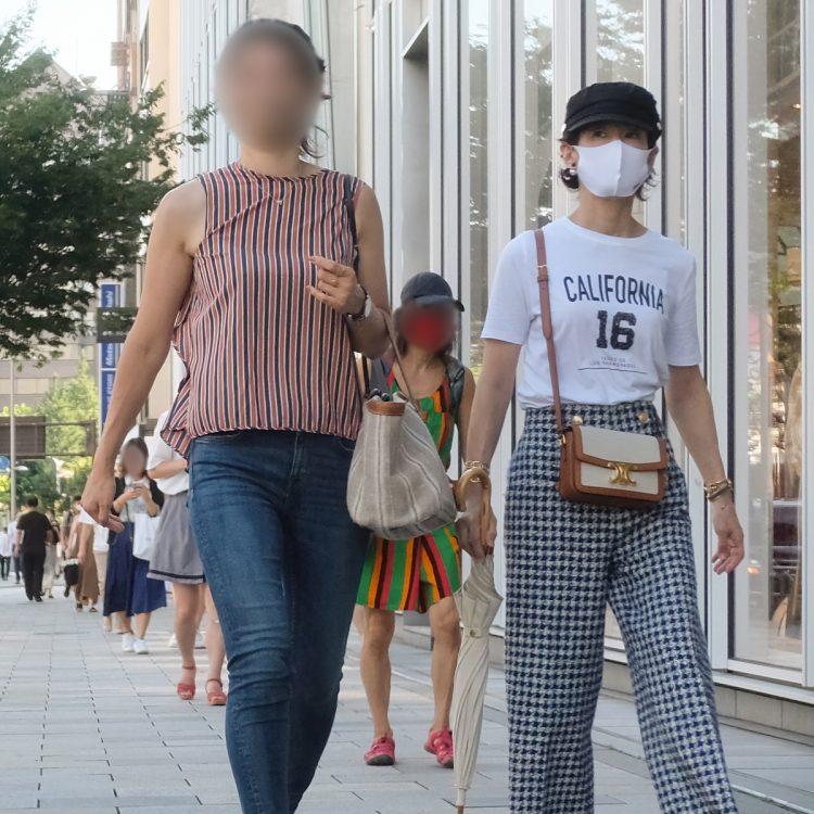 モデル体型の長女と歩く鈴木保奈美
