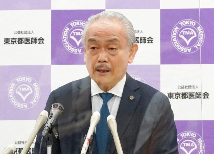 尾崎治夫会長の病院では陽性者の受け入れはしていないという…(時事通信フォト)