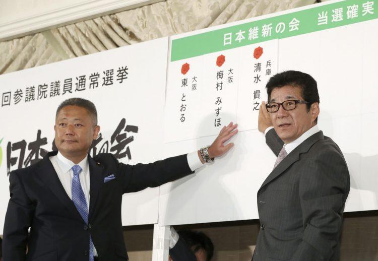 馬場伸幸幹事長(左)の秘書にある疑いが…(写真/共同通信社)