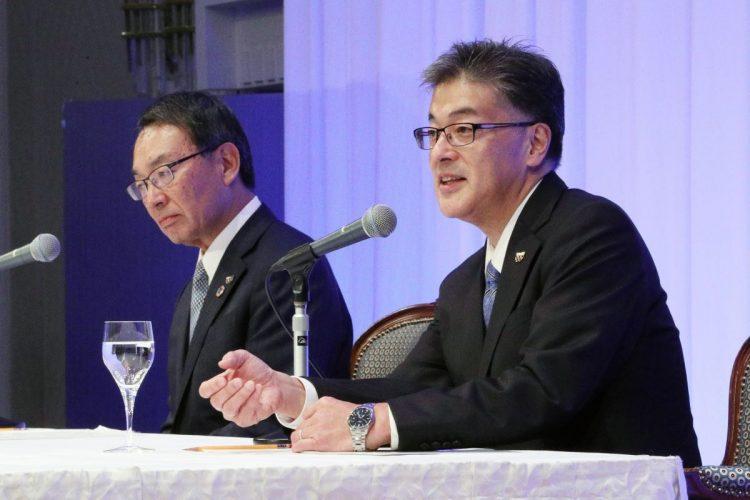 今年6月にパナソニック社長に就任した楠見雄規氏(右)と津賀一宏会長(時事通信フォト)