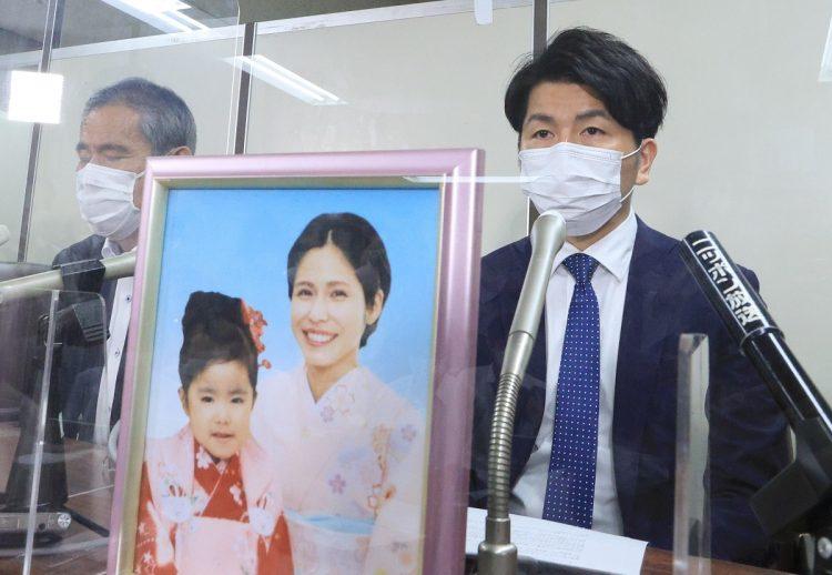 9月18日、刑事裁判が終わったことを報告する松永拓也さん。(写真/時事)