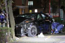 タクシーが歩道に突っ込んだ現場を調べる警視庁の捜査員(時事通信フォト)