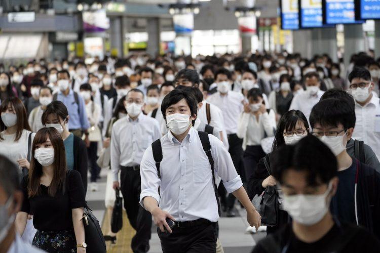 いつになれば、マスクははずせるのか(EPA=時事)