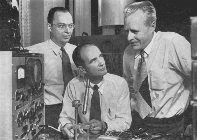 左から、トランジスタを発明したジョン・バーディーン、ウィリアム・ショックレー、ウォルター・ブラッテン。バーディーンは超伝導理論の研究でもノーベル物理学賞を受賞(写真/AFLO)