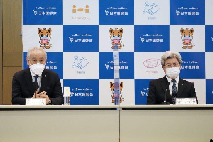 並んで会見する日本医師会会長(右)と東京都医師会会長(時事通信フォト)