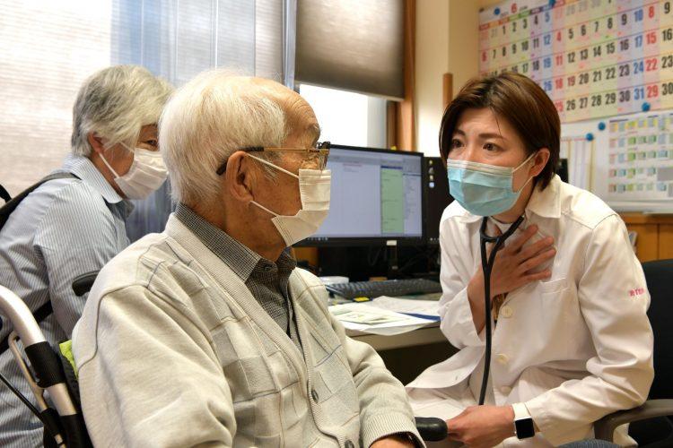 終末期の治療について決めていく「人生会議」(右が里枝子医師)