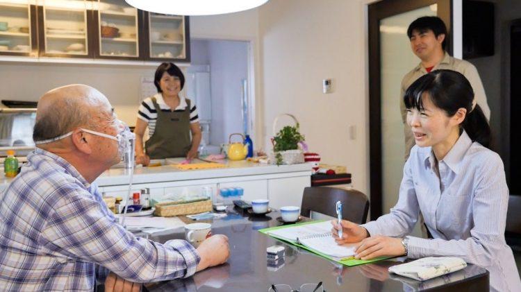 往診に訪れる「いっぽ」の竹田院長(右。左は松野さん)