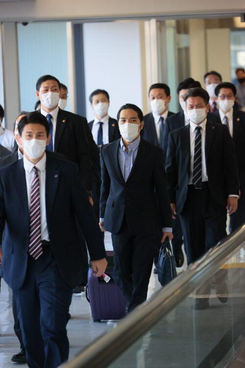 空港では厳重な警備が敷かれていた