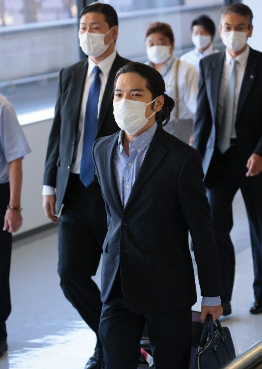 成田空港に到着後、報道陣の前に姿を見せた小室圭氏