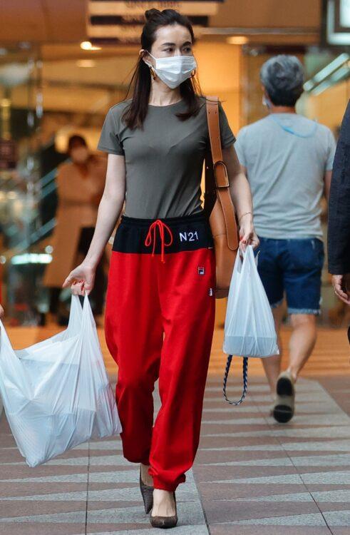真っ赤なパンツにタイトなTシャツ