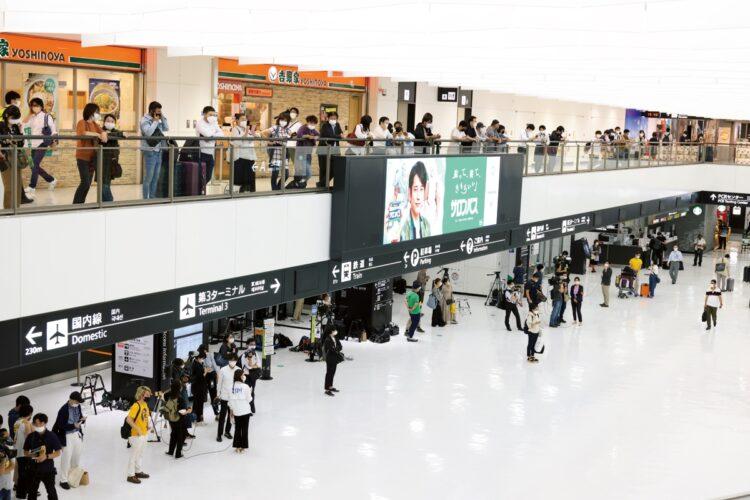 人が人を呼び、小室さん到着の10分前には空港には大量の見物人