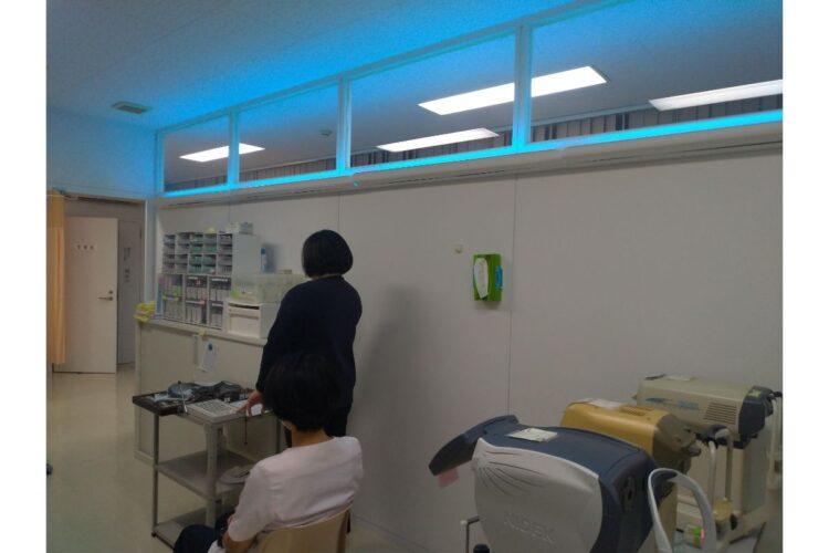 みやざわクリニックに設置された殺菌灯。天井に向けて照射される(提供写真)