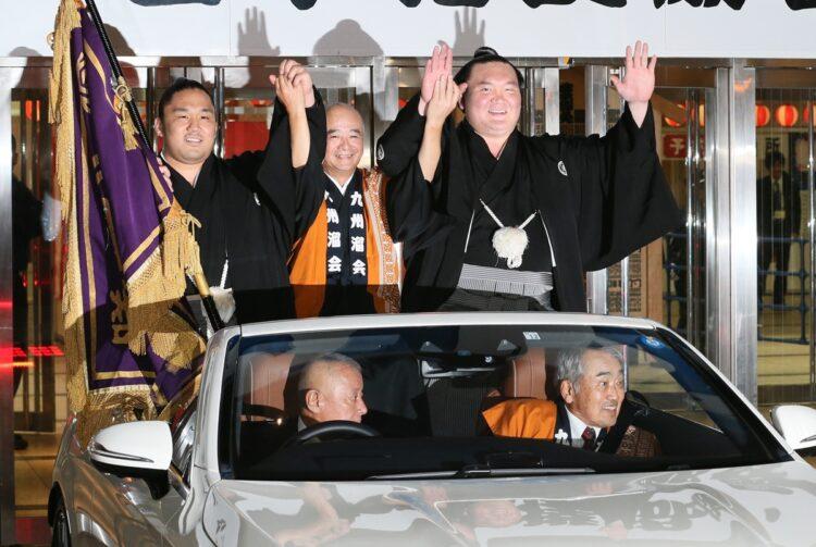 林住職(左)と白鵬(時事通信フォト)