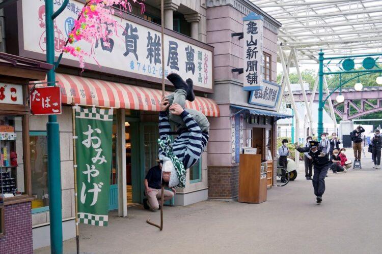 園内に昭和時代の商店街を再現して人気を呼ぶ西武園ゆうえんち(時事通信フォト)