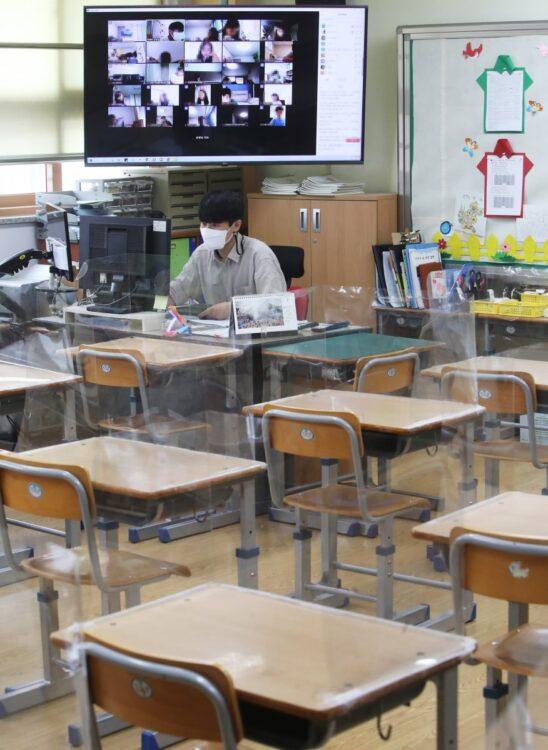 韓国では日本よりもオンライン授業はスムーズに導入されたが、一年経って問題も出てきた(イメージ、EPA=時事)