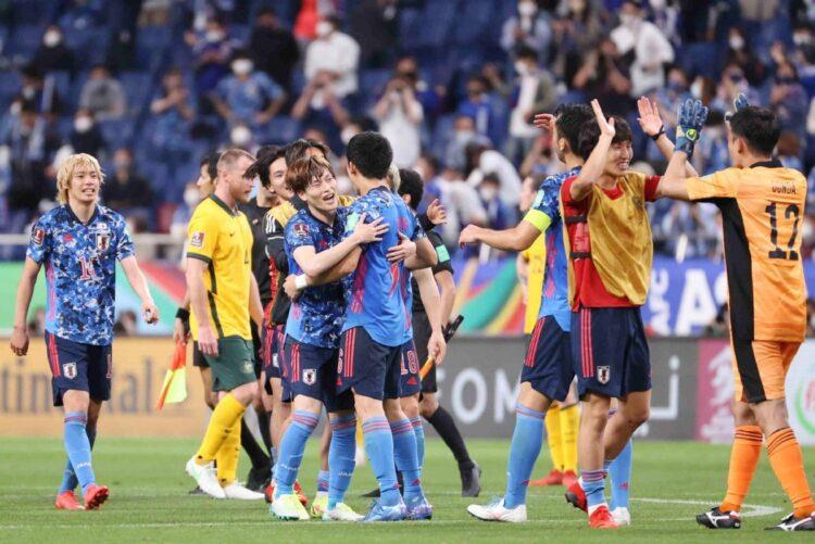 W杯アジア最終予選、オーストラリア戦に勝利して喜ぶ日本イレブン(時事通信フォト)